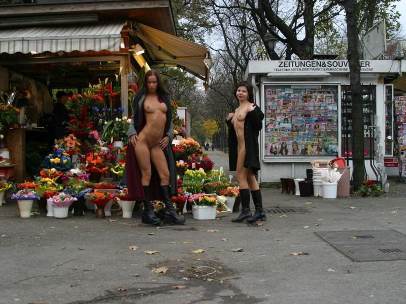 edita-&-zuzana-nude-in-public-09