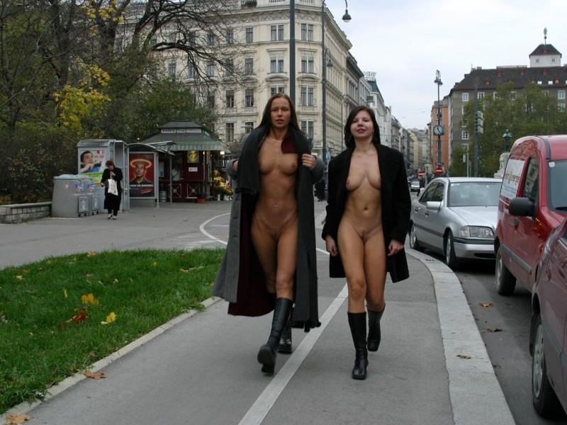 edita-&-zuzana-nude-in-public-13