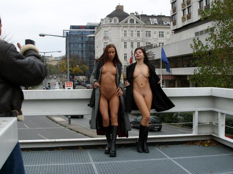 edita-&-zuzana-nude-in-public-15