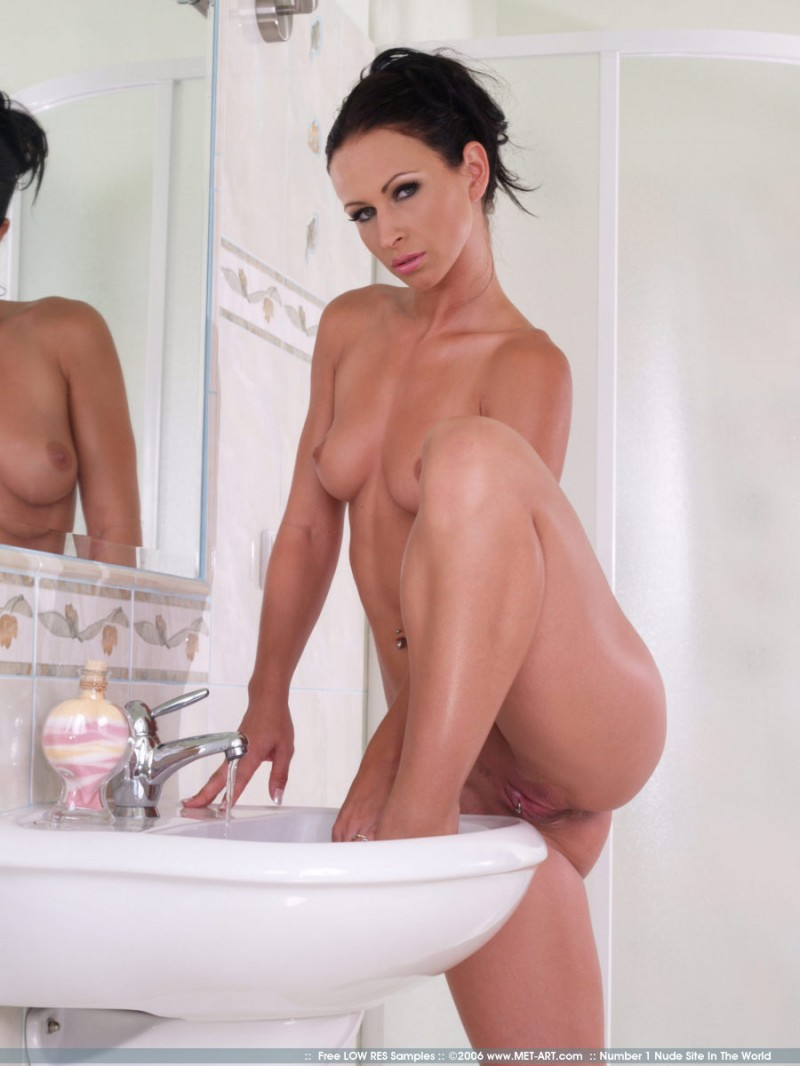 susana-spears-bathroom-met-art-01