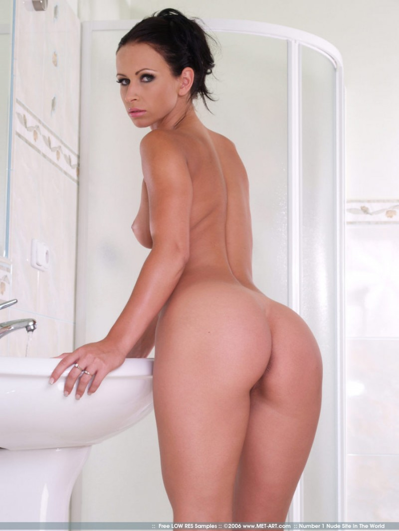 susana-spears-bathroom-met-art-02