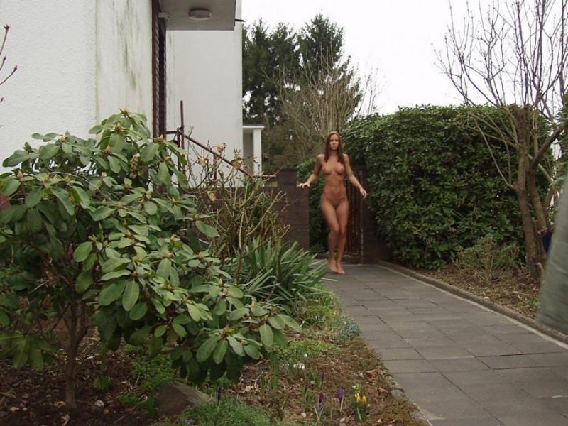 susana-spears-walks-nude-in-public-08