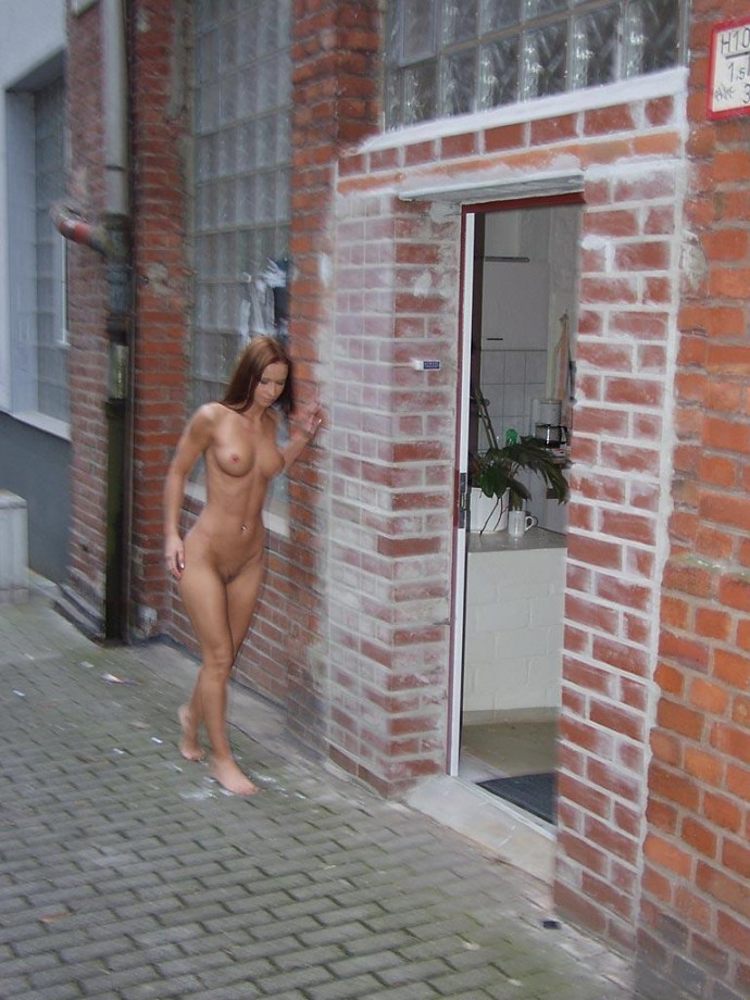 susana-spears-walks-nude-in-public-12