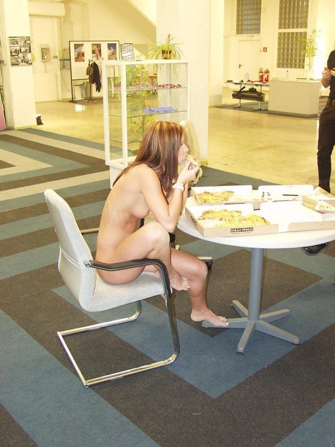susana-spears-walks-nude-in-public-17