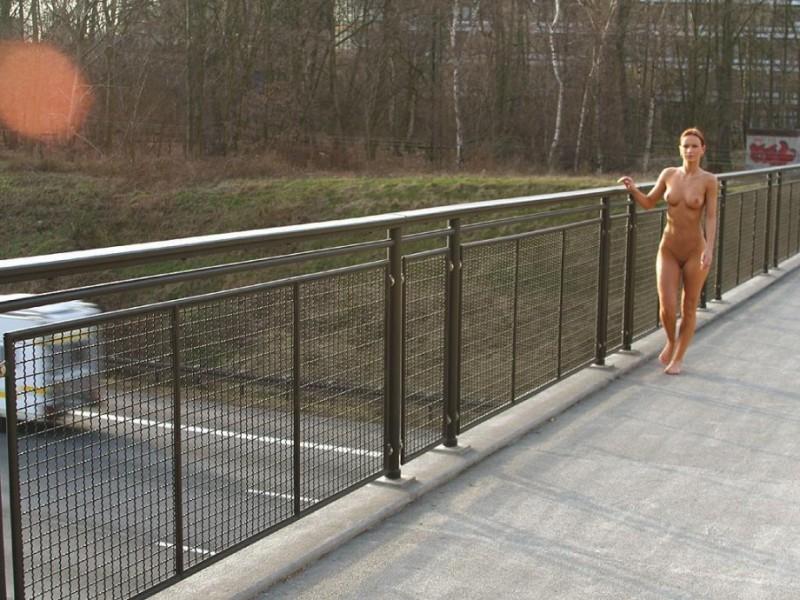 susana-spears-walks-nude-in-public-26