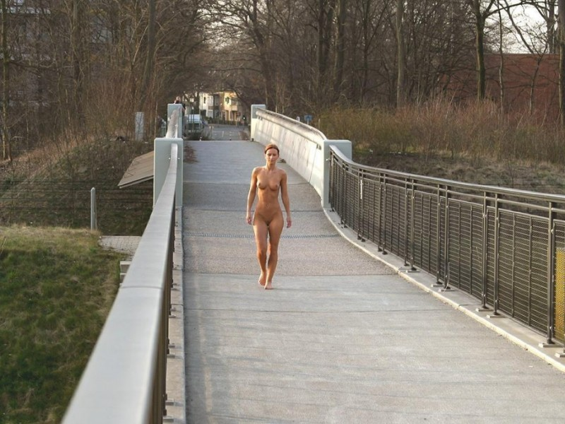susana-spears-walks-nude-in-public-27