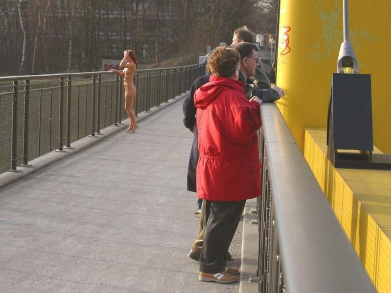 susana-spears-walks-nude-in-public-29