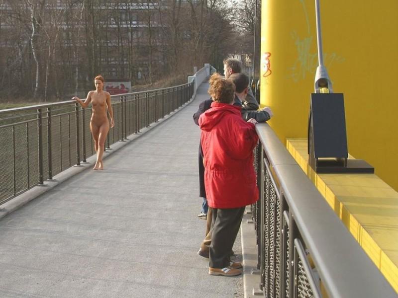 susana-spears-walks-nude-in-public-32