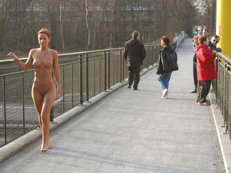 susana-spears-walks-nude-in-public-33
