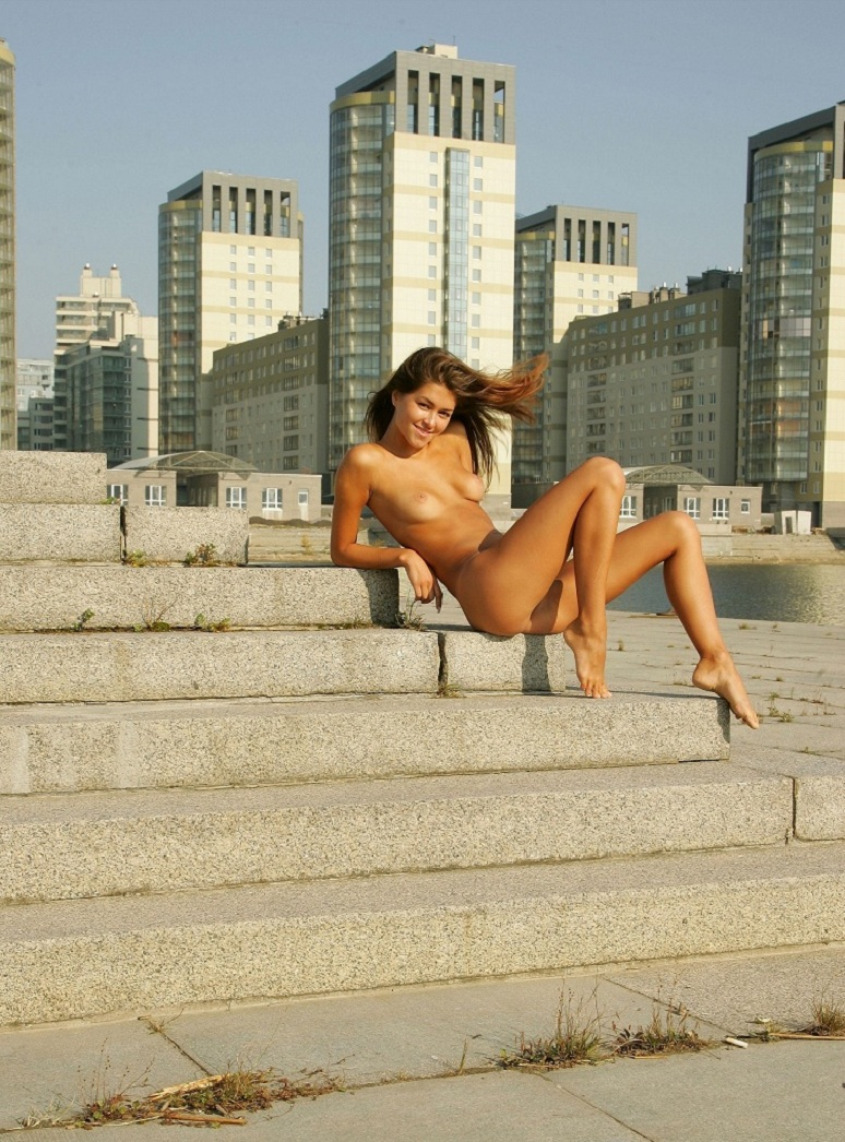 syndi-nude-on-the-street-02