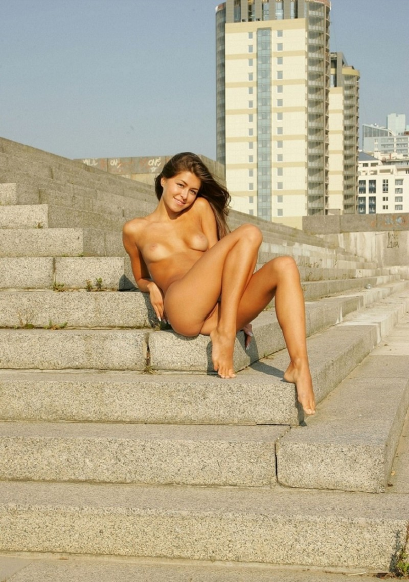 syndi-nude-on-the-street-03