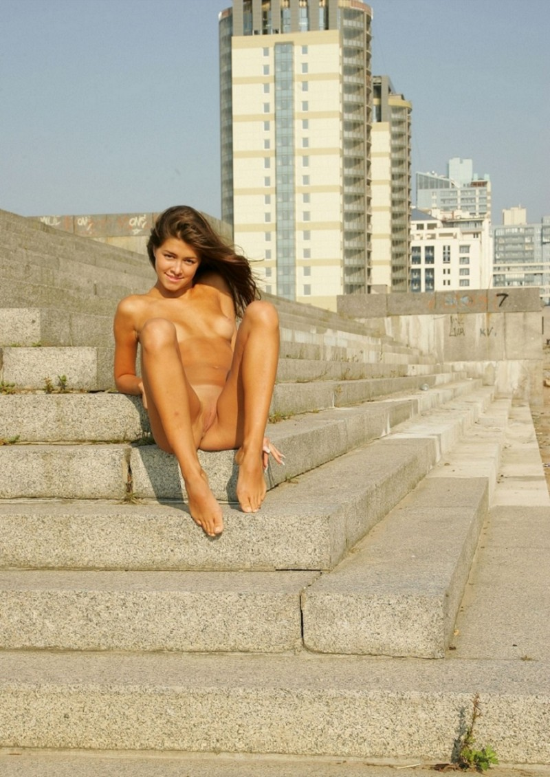 syndi-nude-on-the-street-04