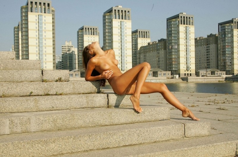 syndi-nude-on-the-street-07