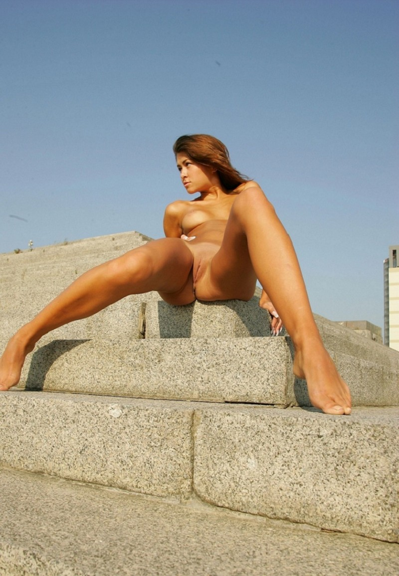 syndi-nude-on-the-street-09