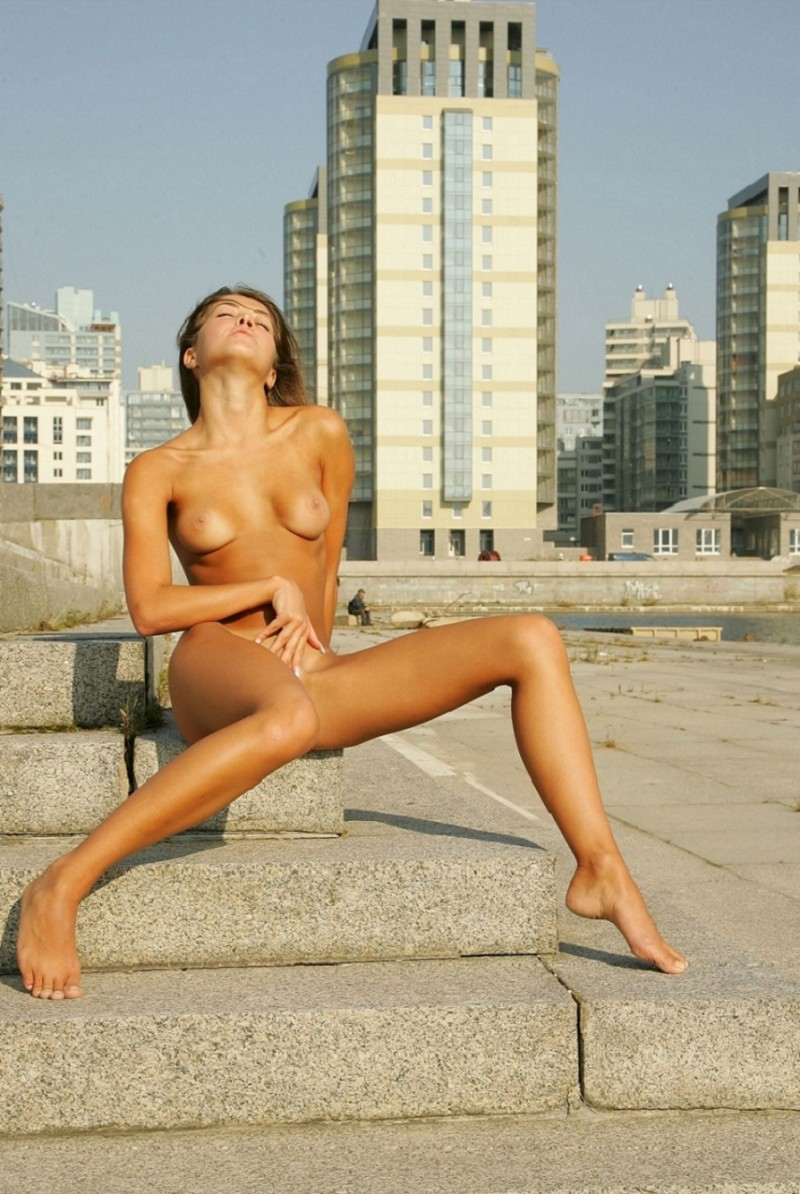 syndi-nude-on-the-street-10