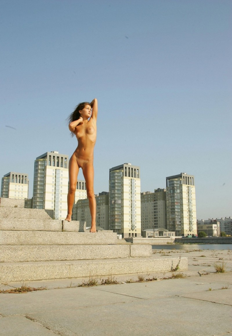syndi-nude-on-the-street-11