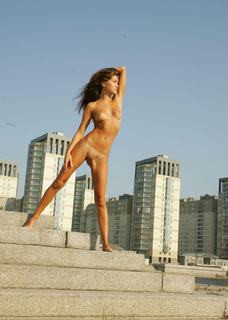syndi-nude-on-the-street-12