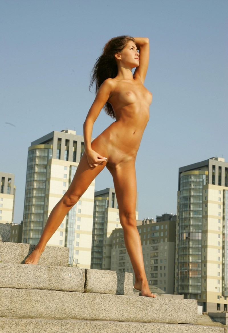 syndi-nude-on-the-street-13