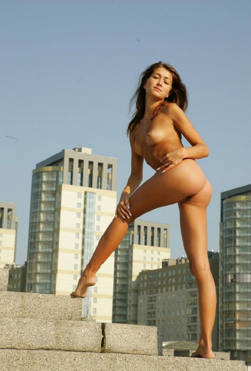 syndi-nude-on-the-street-14