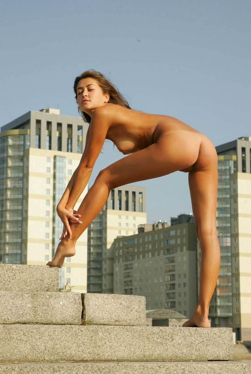 syndi-nude-on-the-street-15