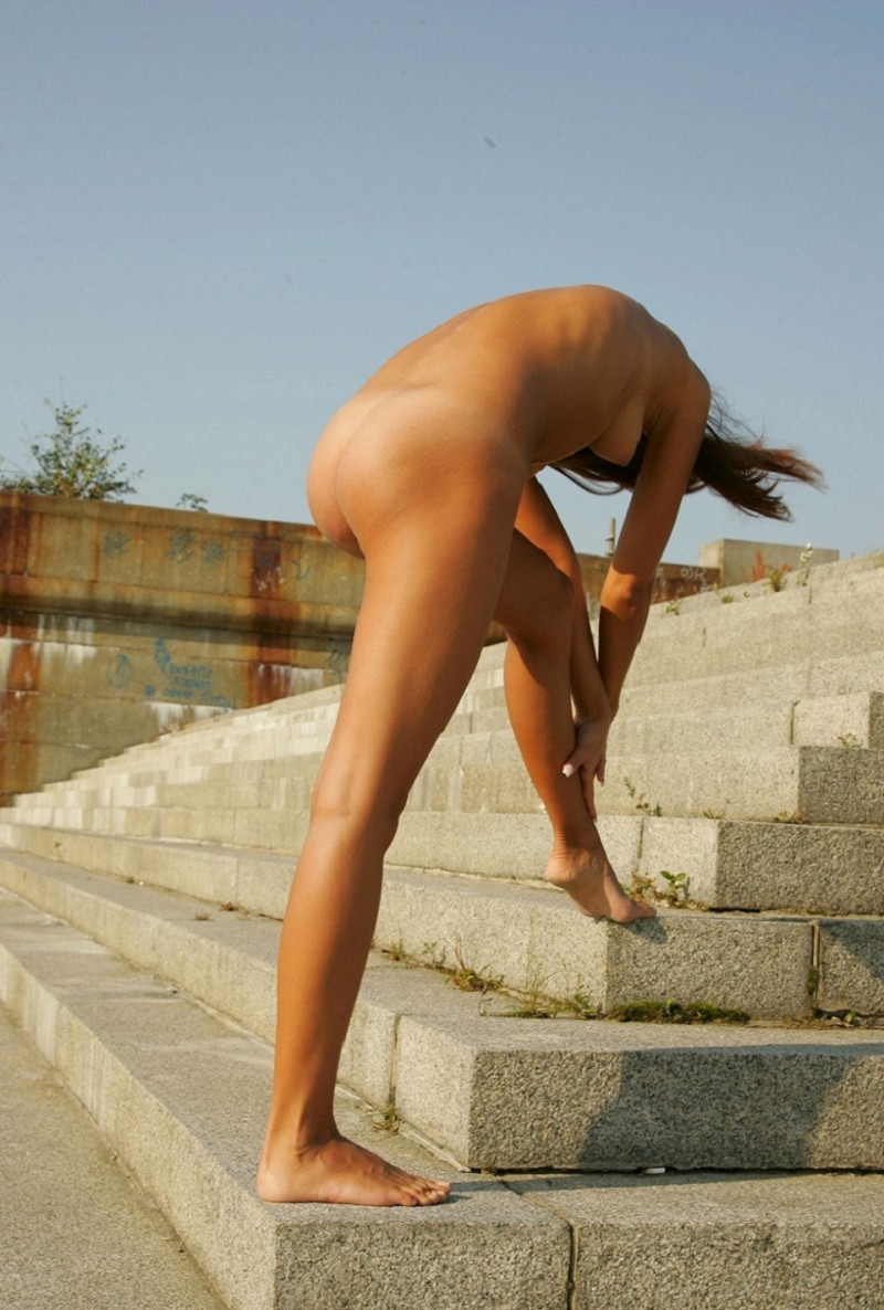 syndi-nude-on-the-street-16