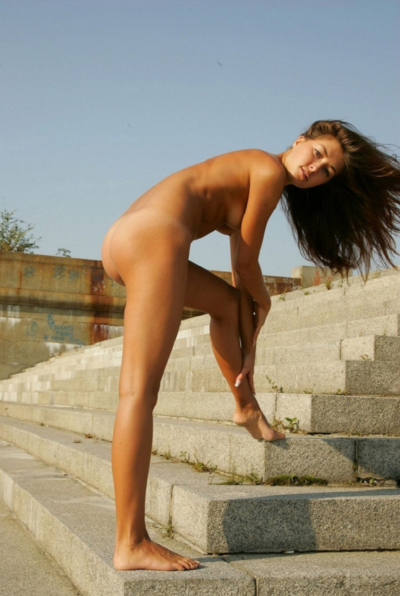 syndi-nude-on-the-street-17