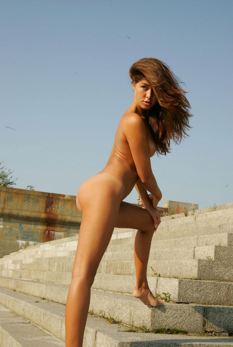 syndi-nude-on-the-street-18