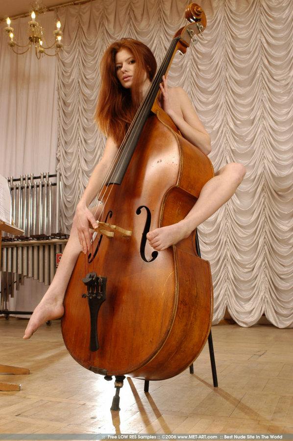 Nude girl playing double bass — img 1