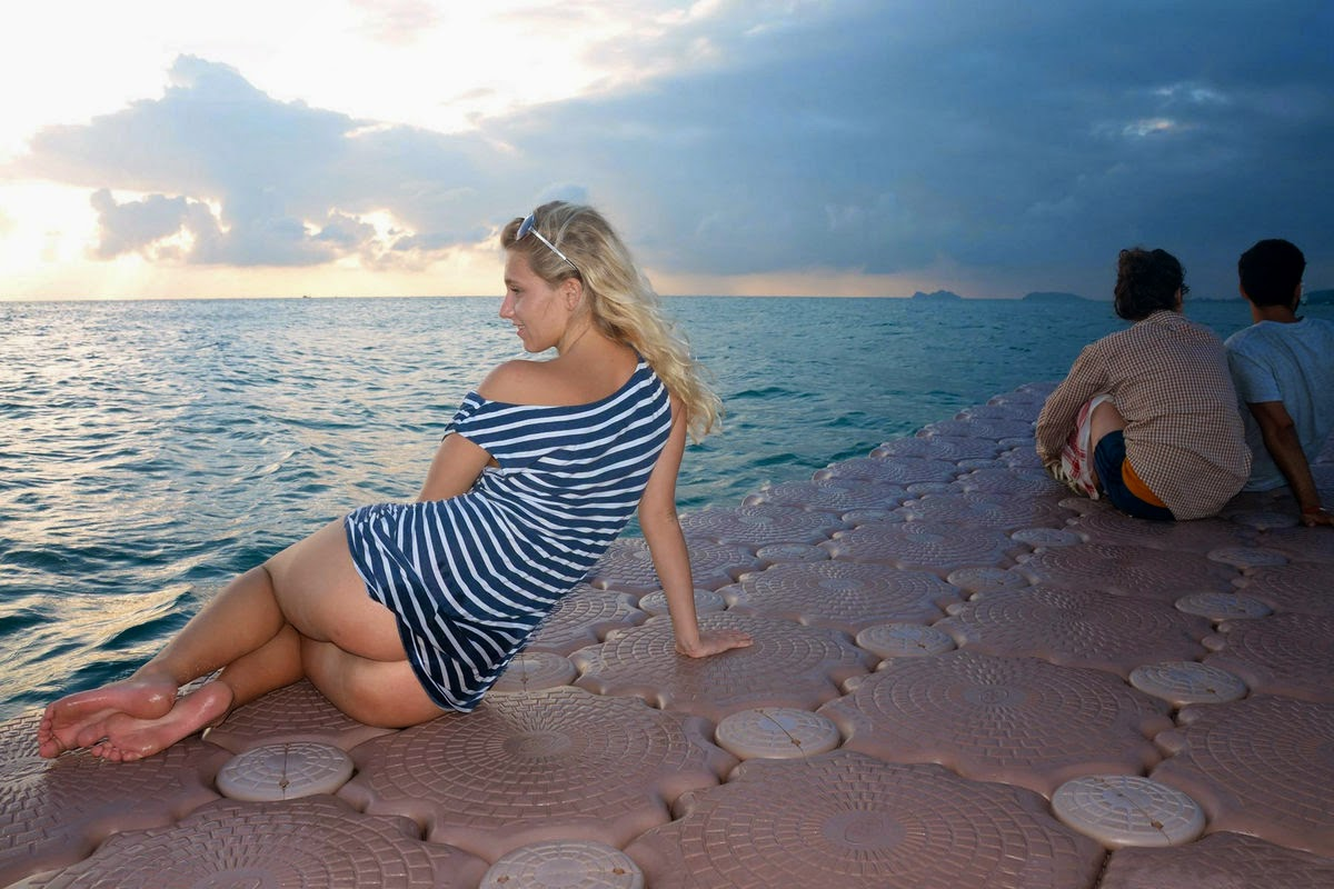 tereza-blonde-thailand-holiday-public-naked-seaside-15