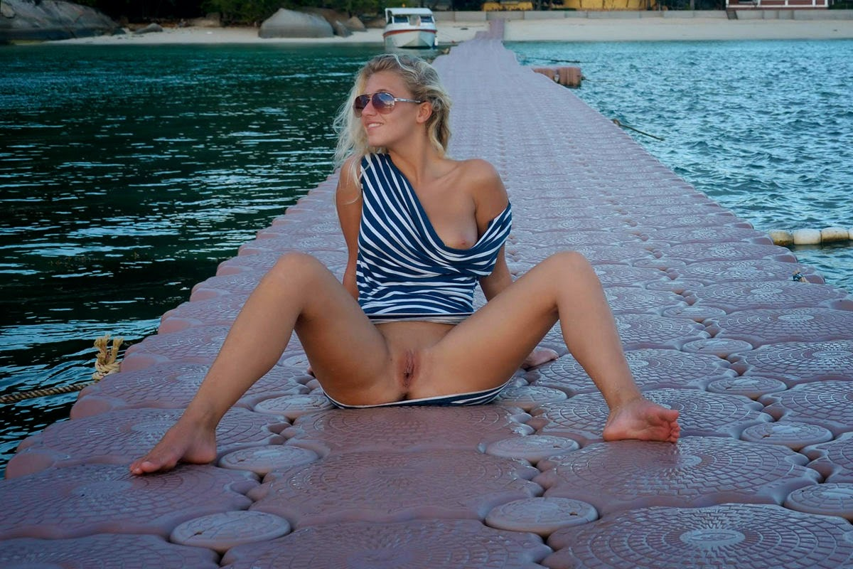 tereza-blonde-thailand-holiday-public-naked-seaside-17
