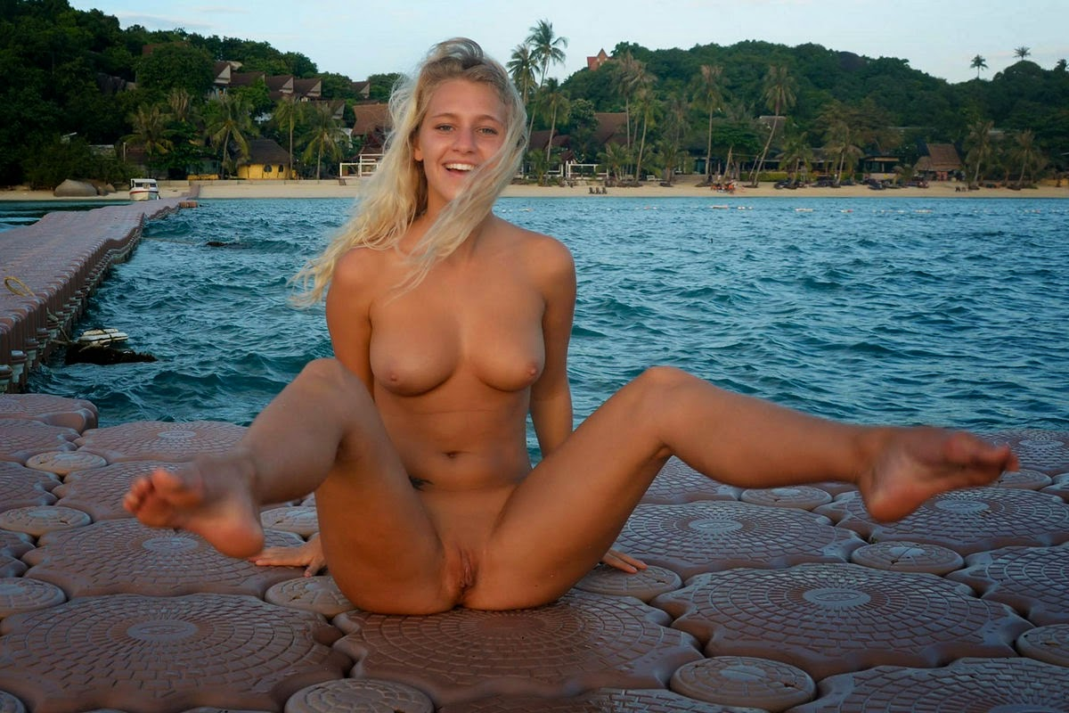 tereza-blonde-thailand-holiday-public-naked-seaside-20