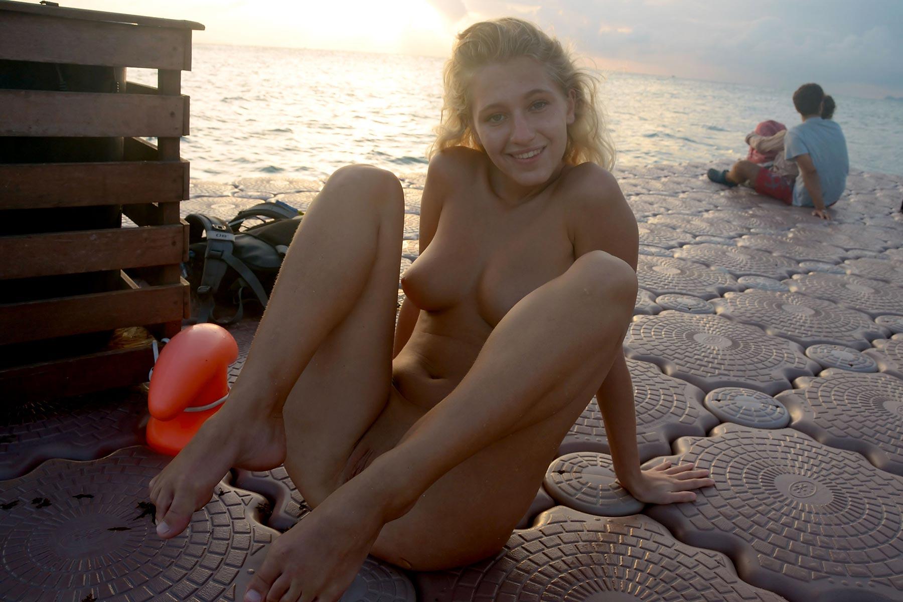tereza-blonde-thailand-holiday-public-naked-seaside-25