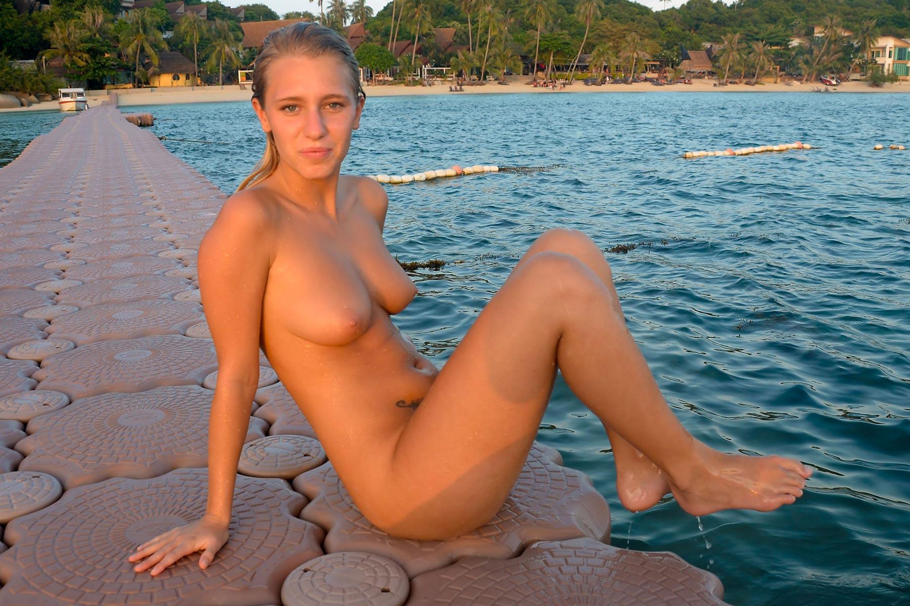 tereza-blonde-thailand-holiday-public-naked-seaside-28