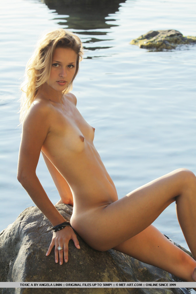 toxic-a-seaside-nude-metart-14