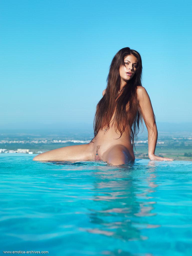 valentina-rossini-pool-nude-errotica-archives-03