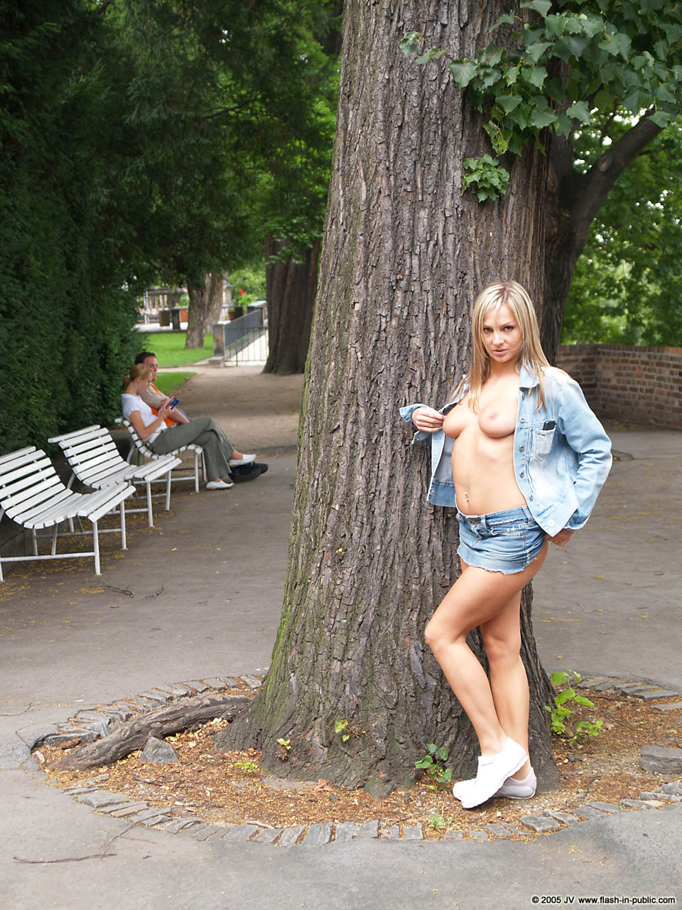vendula-bednarova-jeans-miniskirt-flash-in-public-09