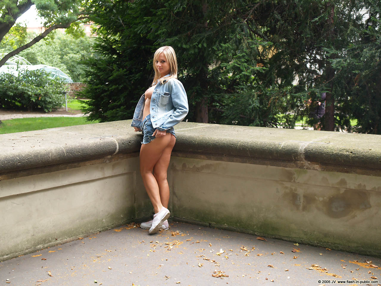 vendula-bednarova-jeans-miniskirt-flash-in-public-11
