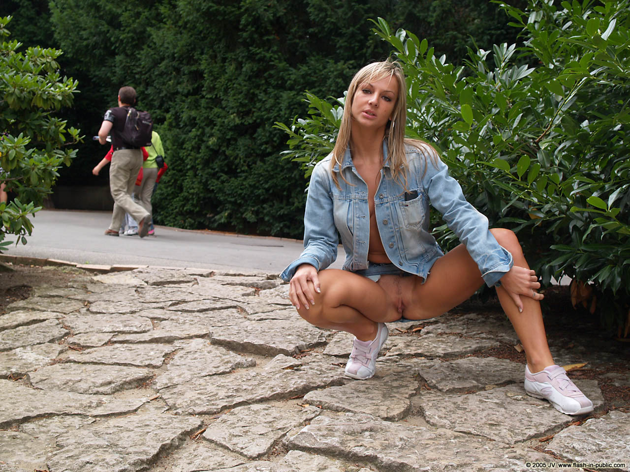 vendula-bednarova-jeans-miniskirt-flash-in-public-15