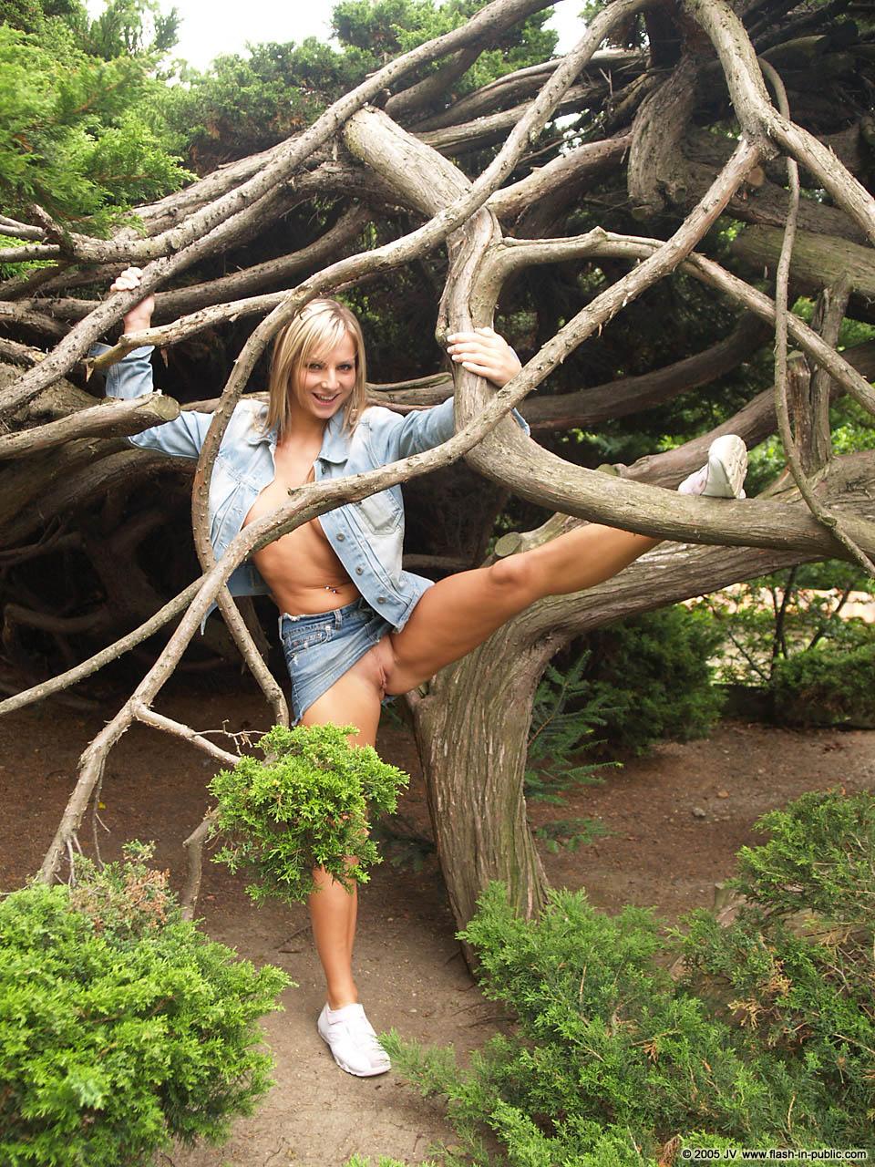 vendula-bednarova-jeans-miniskirt-flash-in-public-19