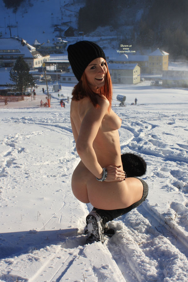 vienna-redhead-amateur-winter-nude-public-01