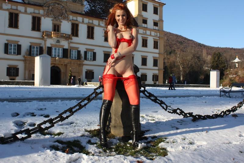 vienna-redhead-amateur-winter-nude-public-10