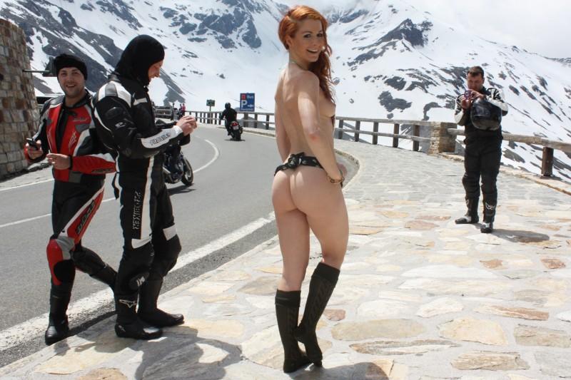 vienna-redhead-amateur-winter-nude-public-27