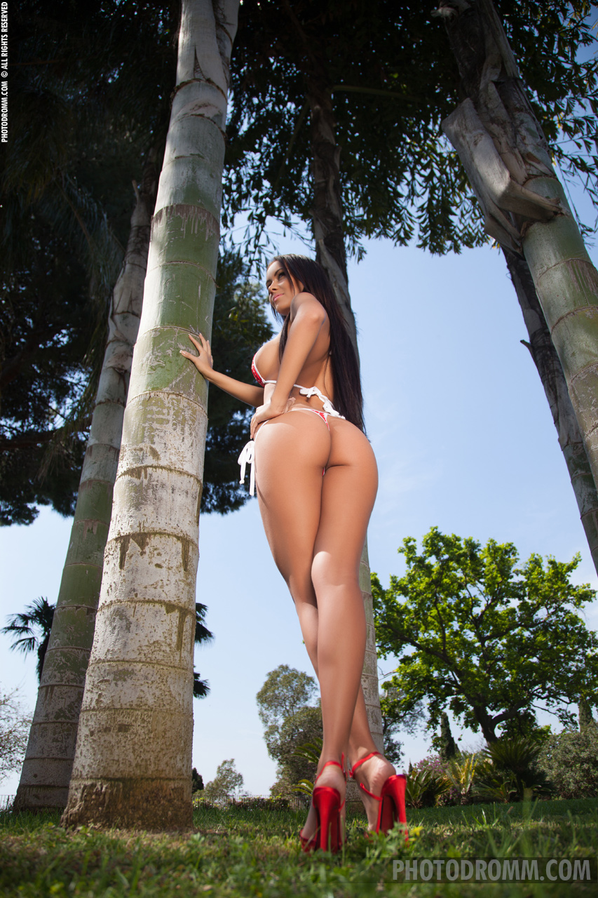 mareeva-boobs-bikini-naked-under-palm-trees-photodromm-02