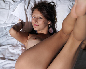 yarina-a-sneakers-bedroom-metart