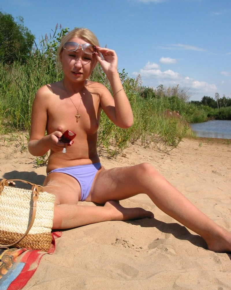 young-blonde-by-the-lake-02