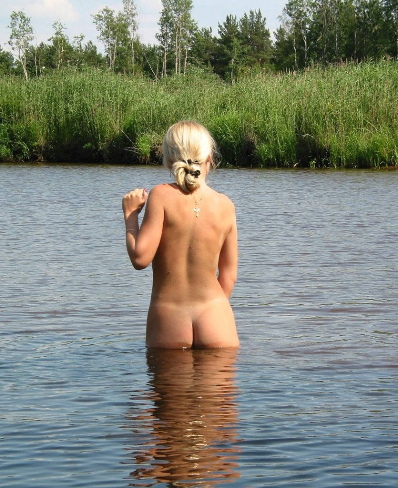 young-blonde-by-the-lake-14