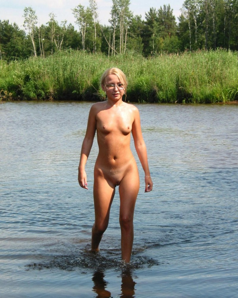 young-blonde-by-the-lake-16
