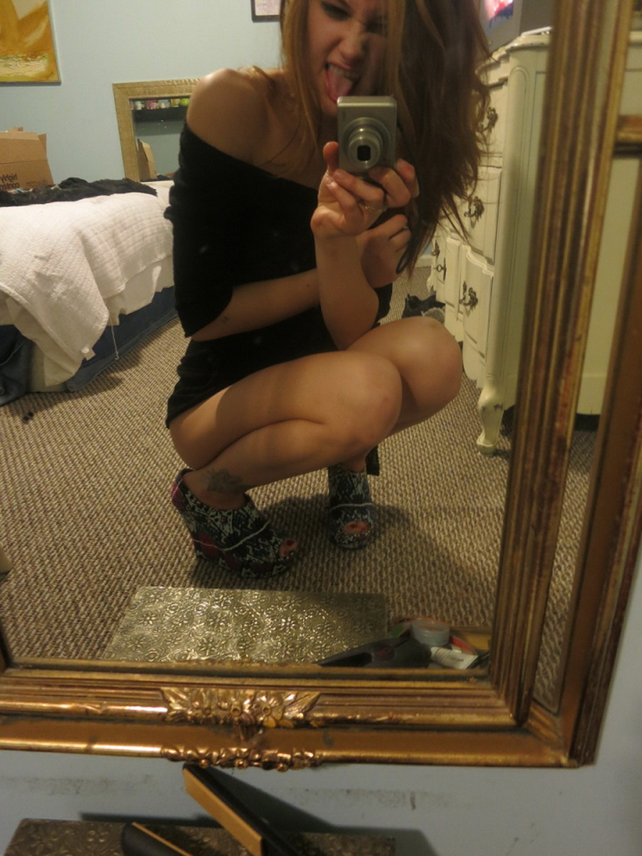 young-amateur-girl-sefie-nude-mirror-smoking-weed-02