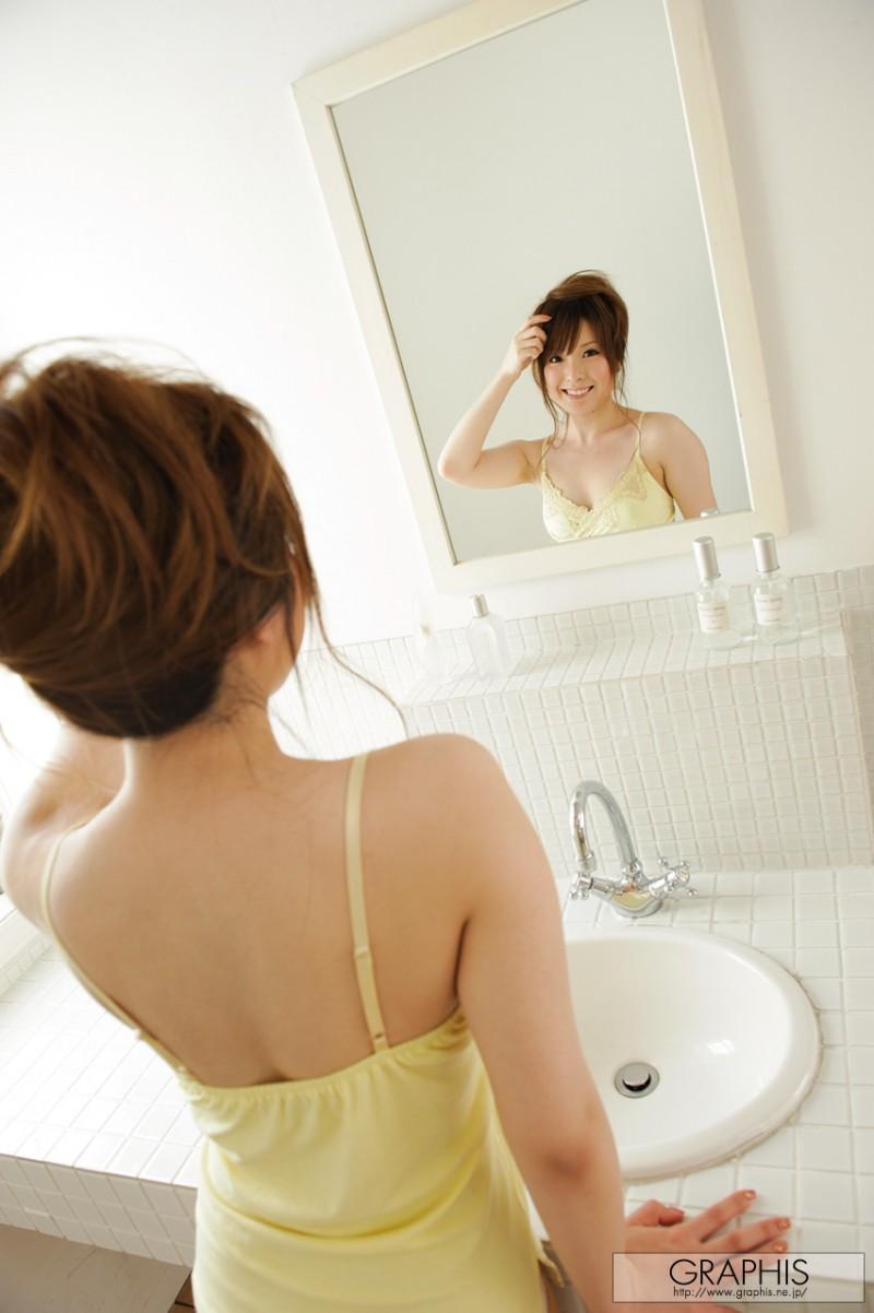 yui-hinata-nude-bathroom-graphis-01