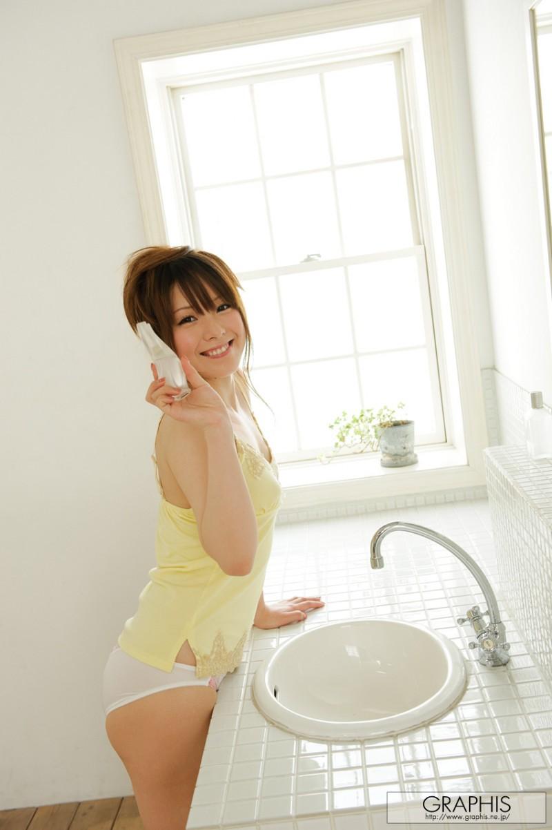 yui-hinata-nude-bathroom-graphis-02